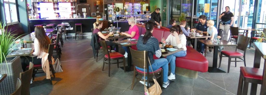 Bistro-Restaurant von El-Palacio. Das Bistro-Restaurant El-Palacio hat folgende Oeffnungszeiten: montags bis donnerstags von 7.00 Uhr bis 22.30 Uhr, freitags von 7.00 Uhr bis Open End, samstags von 8.30 Uhr bis Open End, sonntags von 8.30 Uhr bis 22.30 Uhr, Fruehstueck von 7.00 Uhr bis 11.30 Uhr. Wechselnder Mittagstisch von 11.30 Uhr bis 15.00 Uhr. Warme Kueche bis 22 Uhr - ganztaegig Kaffee und Kuchen